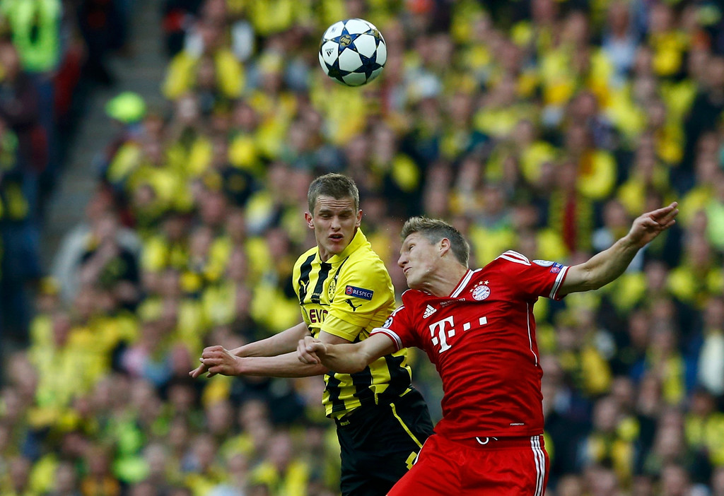 . Borussia Dortmund\'s Sven Bender (L) and Bayern Munich\'s Bastian Schweinsteiger (R) challenge for a high ball during their Champions League Final soccer match at Wembley Stadium in London May 25, 2013.     REUTERS/Darren Staples