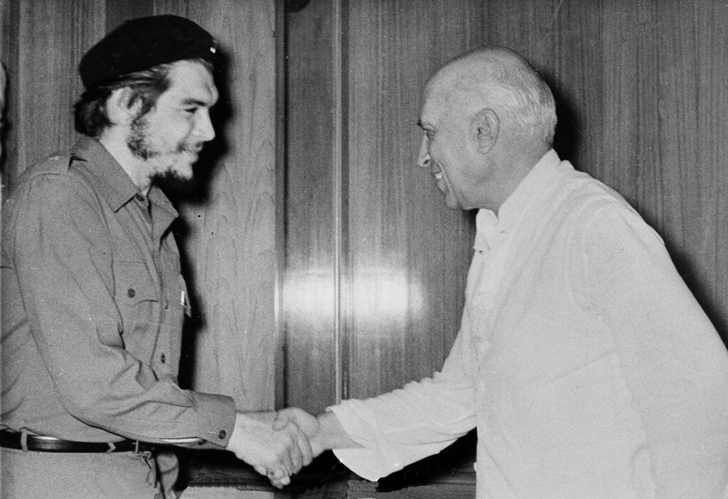 """. Commander Ernesto \""""Che\"""" Guevara, the Argentine doctor who became one of Fidel Castro\'s right hand men in Cuba, is greeted by Indian Prime Minister Jawaharlal Nehru during Guevara\'s visit to New Delhi, July 2, 1959. (AP Photo)"""