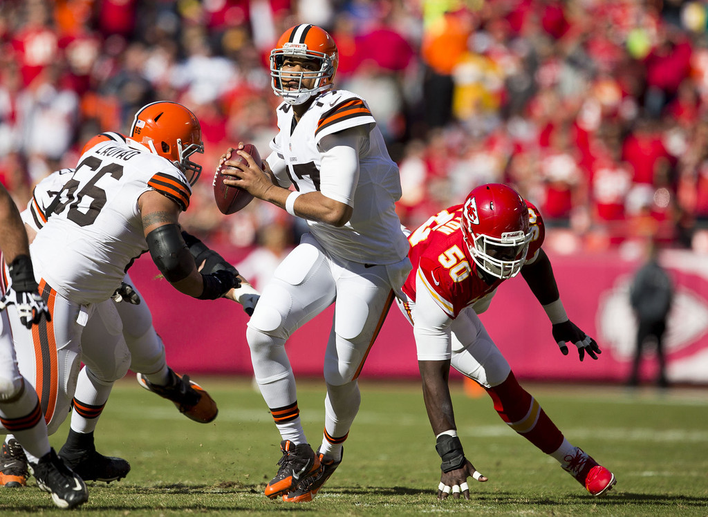 . Quarterback Jason Campbell #17 of the Cleveland Browns steps up into the pocket to avoid pressure from outside linebacker Justin Houston #50 of the Kansas City Chiefs during the game at Arrowhead Stadium on October 27, 2013 in Kansas City, Missouri. (Photo by David Welker/Getty Images)