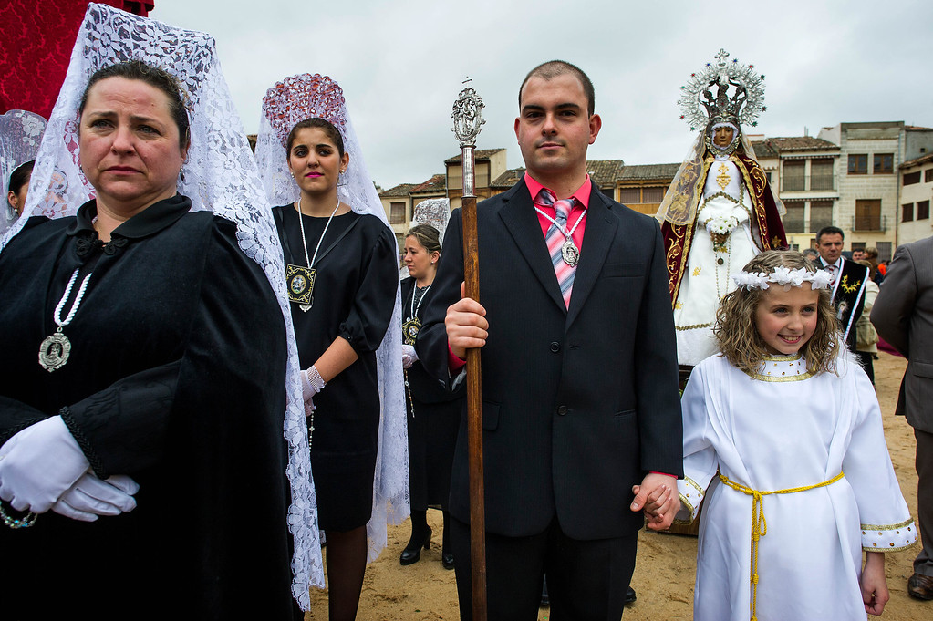 . Leyre Huerga (R), 9, dressed as an angel, poses for pictures after the \'Bajada del Angel\' on April 20, 2014 in Penafiel, Spain. The performance, which has taken place every Easter Sunday since 1799, depicts an angel descending to unveil the face of a Virgin from a black veil announcing the Christ\'s resurrection.  (Photo by David Ramos/Getty Images)