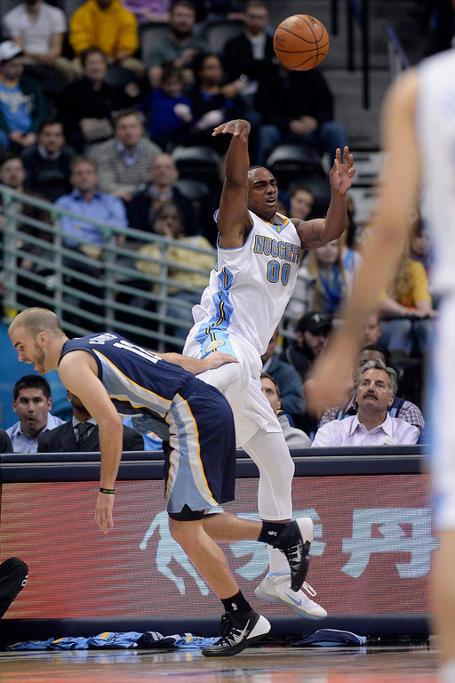 . Denver Nuggets forward Darrell Arthur (00) saves a loose ball as Memphis Grizzlies guard Nick Calathes (12) defends during the third quarter of action. (Photo by AAron Ontiveroz/The Denver Post)