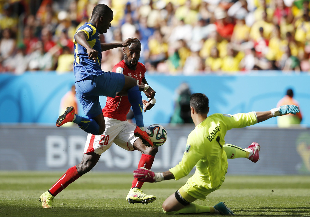 . Ecuador\'s forward Enner Valencia (L) vies for the ball with Switzerland\'s defender Johan Djourou (C) and Switzerland\'s goalkeeper Diego Benaglio (R) during a Group E football match between Switzerland and Ecuador at the Mane Garrincha National Stadium in Brasilia during the 2014 FIFA World Cup on June 15, 2014.  AFP PHOTO / ADRIAN DENNIS