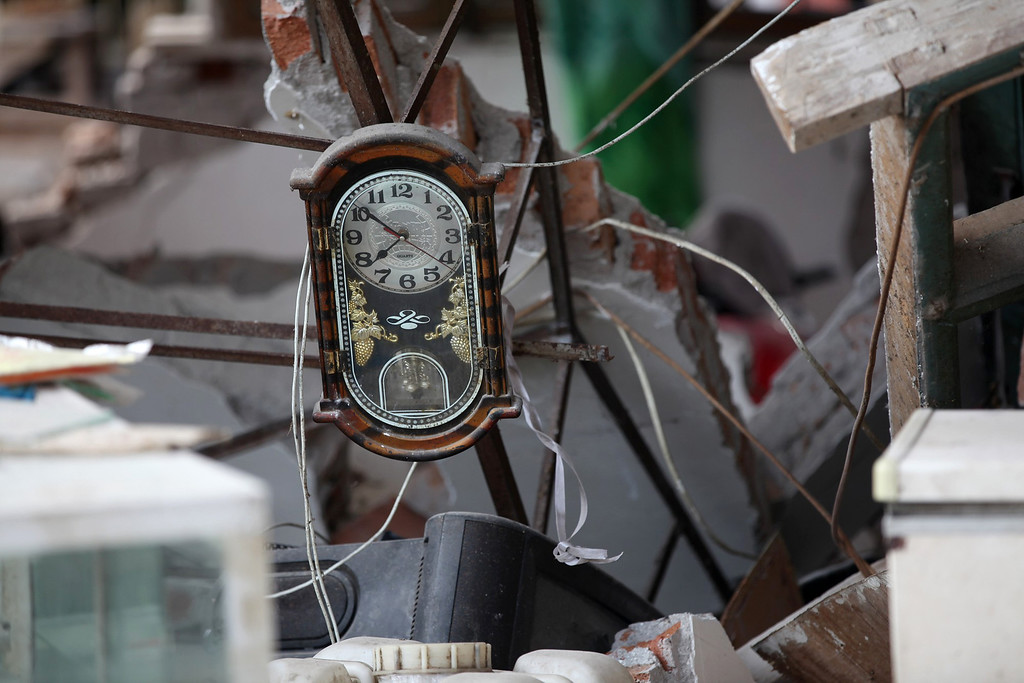 . A clock hanging from a damaged building shows the time it stopped at about 7:50 in Longmen township, an area very close to the epicenter of a shallow earthquake at magnitude 7.0  that hit the city of Ya\'an, southwest China\'s Sichuan province on April 20, 2013.  The death toll from an earthquake on April 20 in China\'s southwestern Sichuan province has reached 100 with more than 2,000 others injured, government officials said. AFP PHOTOSTR/AFP/Getty Images