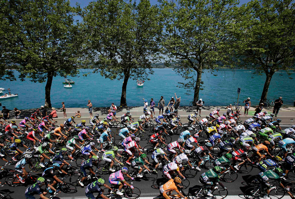 . The pack of riders cycles during the 125 km stage of the centenary Tour de France cycling race from Annecy to Annecy-Semnoz July 20, 2013.    REUTERS/Jacky Naegelen