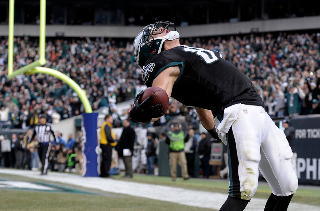 . Philadelphia Eagles\' Brent Celek celebrates after scoring a touchdown during the first half of an NFL football game against the Arizona Cardinals on Sunday, Dec. 1, 2013, in Philadelphia. (AP Photo/Michael Perez)