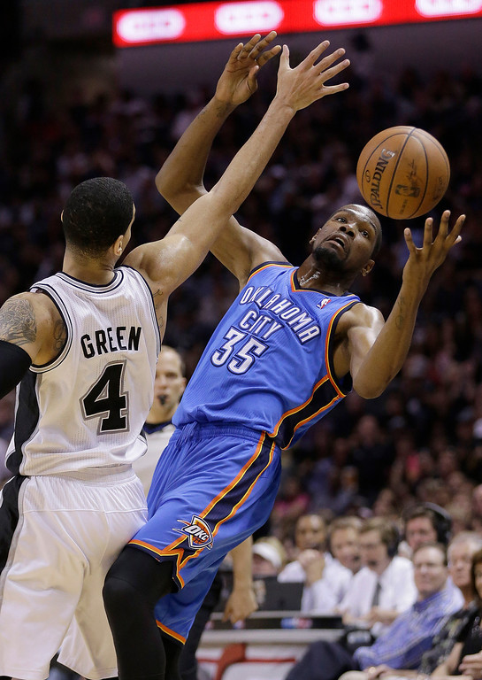 . Oklahoma City Thunder\'s Kevin Durant (35) is pressured by San Antonio Spurs\' Danny Green (4) during the second half of Game 5 of the Western Conference finals NBA basketball playoff series, Thursday, May 29, 2014, in San Antonio. San Antonio won 117-89. (AP Photo/Eric Gay)