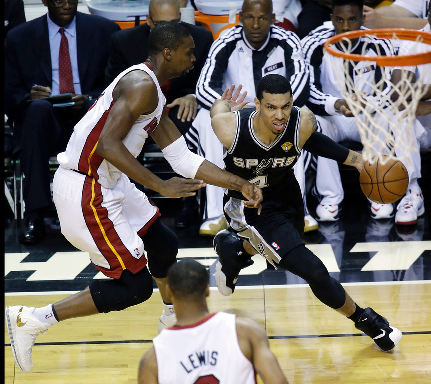 . San Antonio Spurs guard Danny Green (4) drives around Miami Heat center Chris Bosh (1) in the first half in Game 4 of the NBA basketball finals, Thursday, June 12, 2014, in Miami. (AP Photo/Wilfredo Lee)