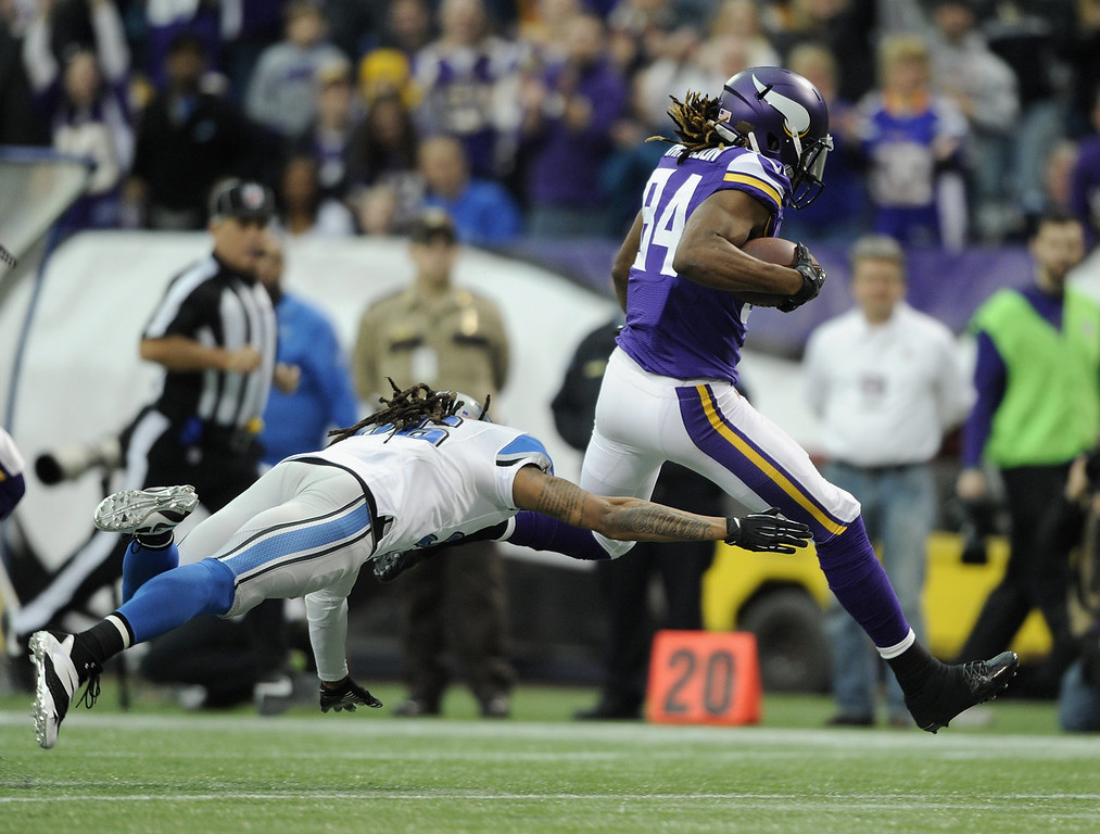 . Cordarrelle Patterson #84 of the Minnesota Vikings avoids a tackle by Louis Delmas #26 of the Detroit Lions during the first quarter of the game on December 29, 2013 at Mall of America Field at the Hubert H. Humphrey Metrodome in Minneapolis, Minnesota. Patterson scored a touchdown on the play. (Photo by Hannah Foslien/Getty Images)