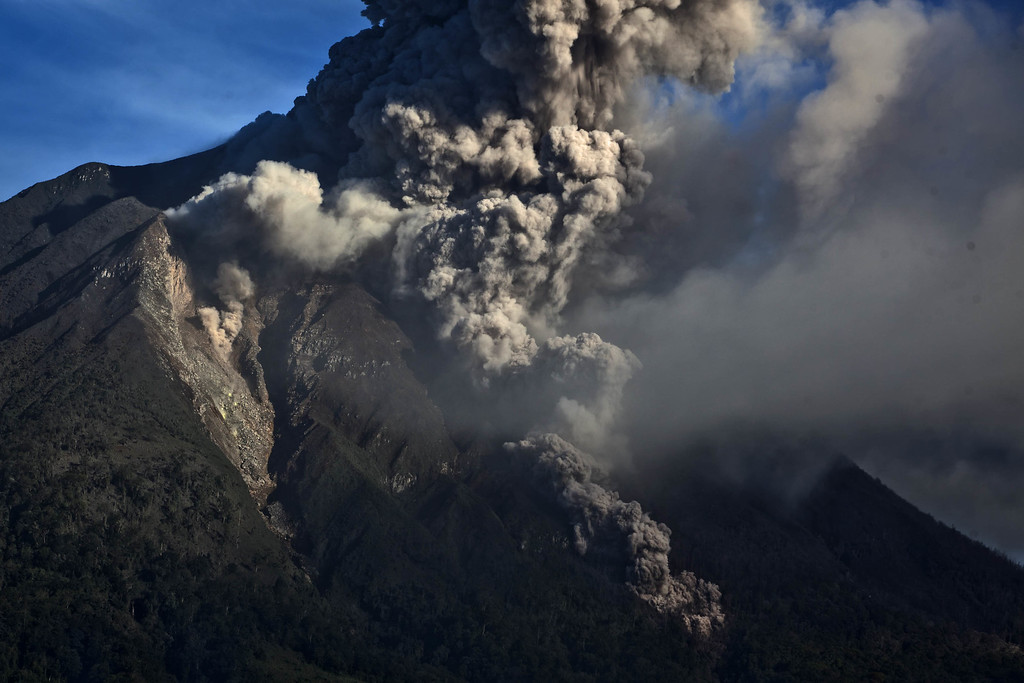 . Mount Sinabung spewing pyroclastic smoke is seen from Tigapancur village on November 25, 2013 in Karo district, North Sumatra, Indonesia. (Photo by Ulet Ifansasti/Getty Images)