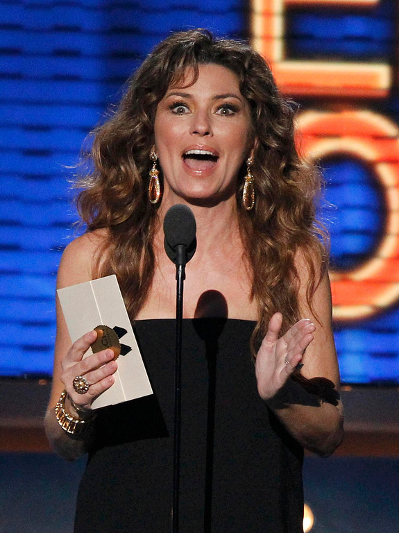 . Shania Twain takes the stage to present the award for entertainer of the year at the 48th ACM Awards in Las Vegas, April 7, 2013.  REUTERS/Mario Anzuoni