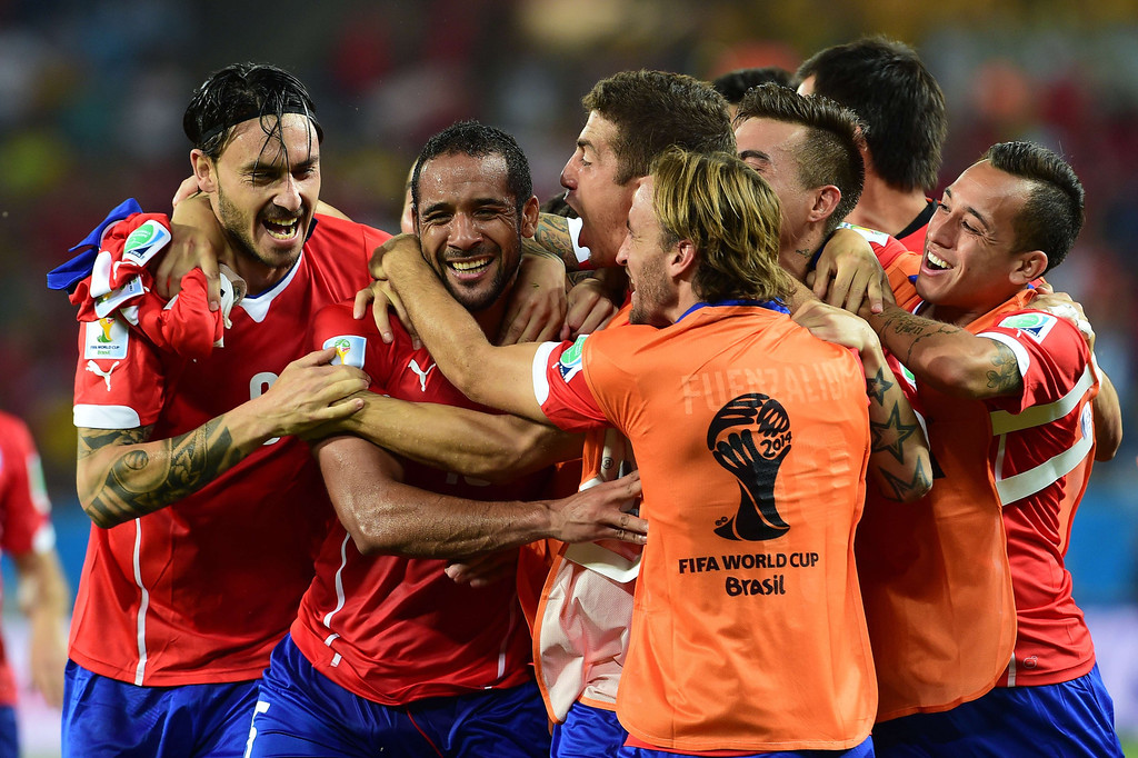 . Chile\'s midfielder Jean Beausejour (2nd L) celebrates after scoring his team\'s third goal during a Group B football match between Chile and Australia at the Pantanal Arena in Cuiaba during the 2014 FIFA World Cup on June 13, 2014.  AFP PHOTO / MARTIN BERNETTI