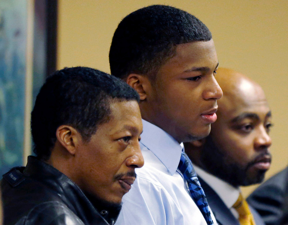 . Ma\'lik Richmond, (C), stands with his father, Nathaniel Richmond, (L) and attorney Walter Madison in Juvenile Court in Steubenville, Ohio March 17, 2013.  Two high school football players from Ohio, Trent Mays, 17, and Richmond, 16, were found guilty of raping a 16-year-old girl at a party last summer while she was in a drunken stupor in a case that gained national exposure through social media. REUTERS/Keith Srakocic/Pool