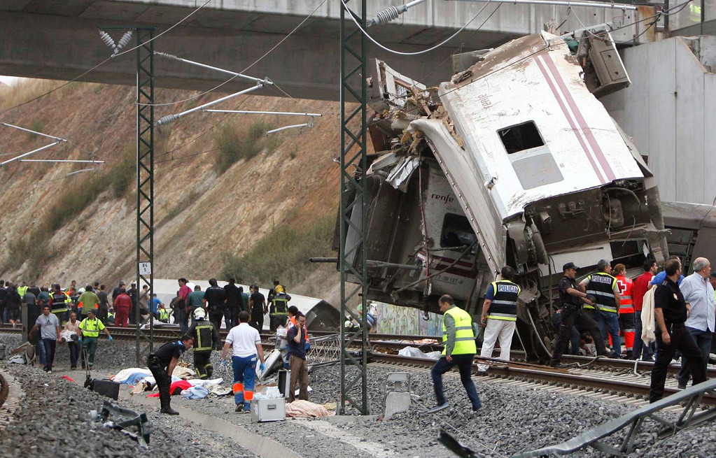 . Emergency personnel respond to the scene of a train derailment in Santiago de Compostela, Spain, on Wednesday, July 24, 2013.  (AP Photo/ El correo Gallego/Antonio Hernandez)