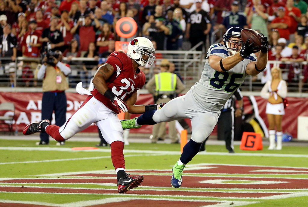 . GLENDALE, AZ - OCTOBER 17: Tight end Zach Miller #86 of the Seattle Seahawks catches a touchdown against the Arizona Cardinals in the second quarter during a game at the University of Phoenix Stadium on October 17, 2013 in Glendale, Arizona.  (Photo by Christian Petersen/Getty Images)