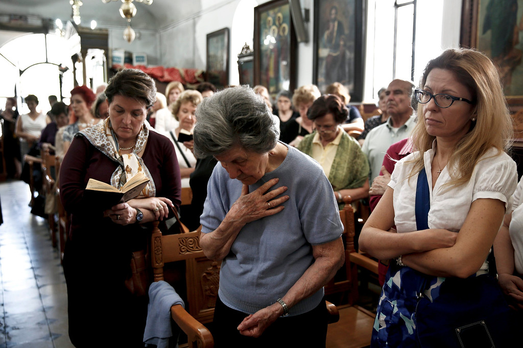 . Orthodox faithful attend a Good Friday mass inside Saint Catherine\'s church in Athens May 3, 2013.    REUTERS/Yorgos Karahalis