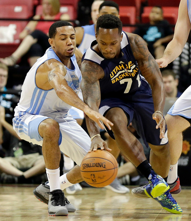 . Denver Nuggets\' Erick Green, left, and Utah Jazz\'s Nick Covington go after a loose ball during the first half of an NBA summer league basketball game Tuesday, July 15, 2014, in Las Vegas. (AP Photo/Isaac Brekken)