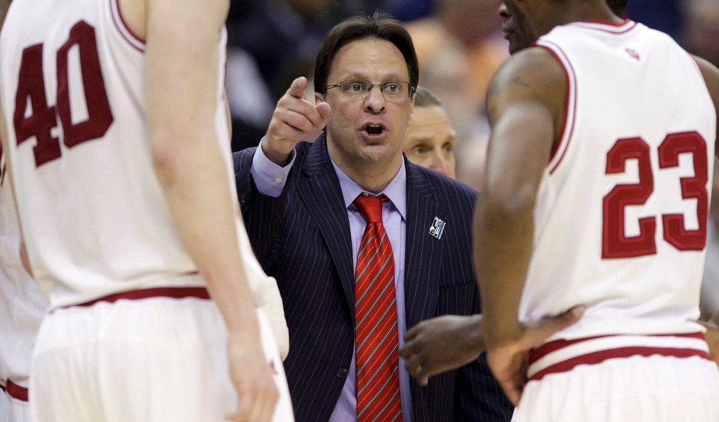 . Indiana Hoosiers head coach Tom Crean talks to his players in their East Regional NCAA men\'s basketball game against the Syracuse Orange in Washington, March 28, 2013.  REUTERS/Jonathan Ernst