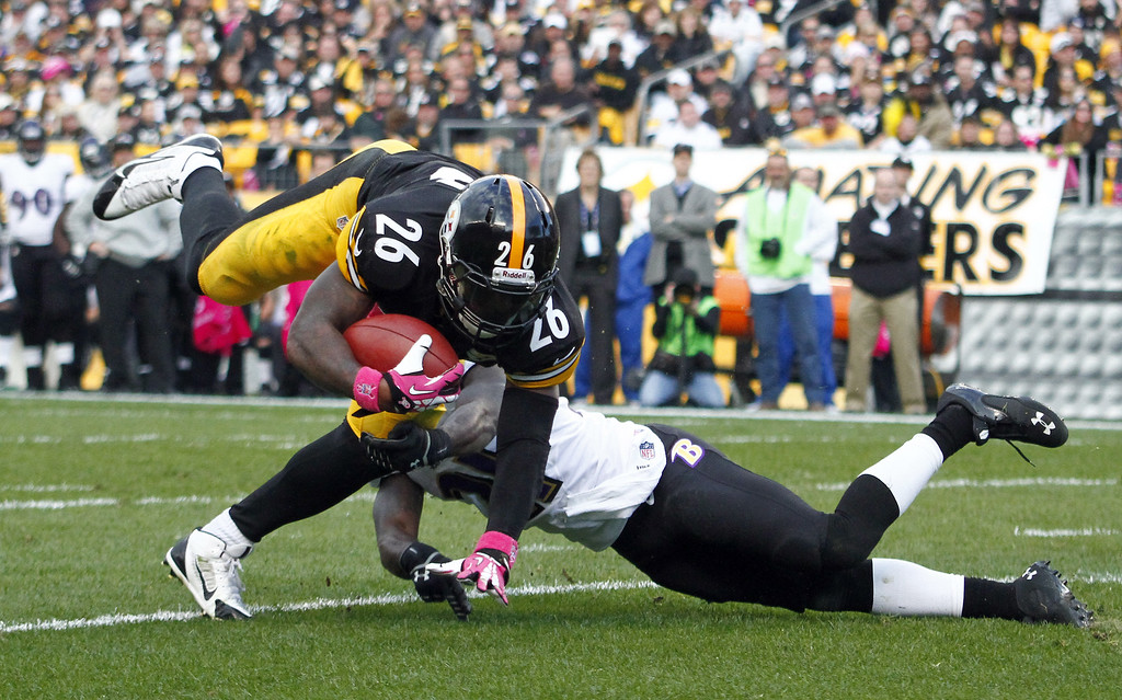 . Le\'Veon Bell #26 of the Pittsburgh Steelers rushes against Lardarius Webb #21 of the Baltimore Ravens during the game on October 20, 2013 at Heinz Field in Pittsburgh, Pennsylvania.  (Photo by Justin K. Aller/Getty Images)