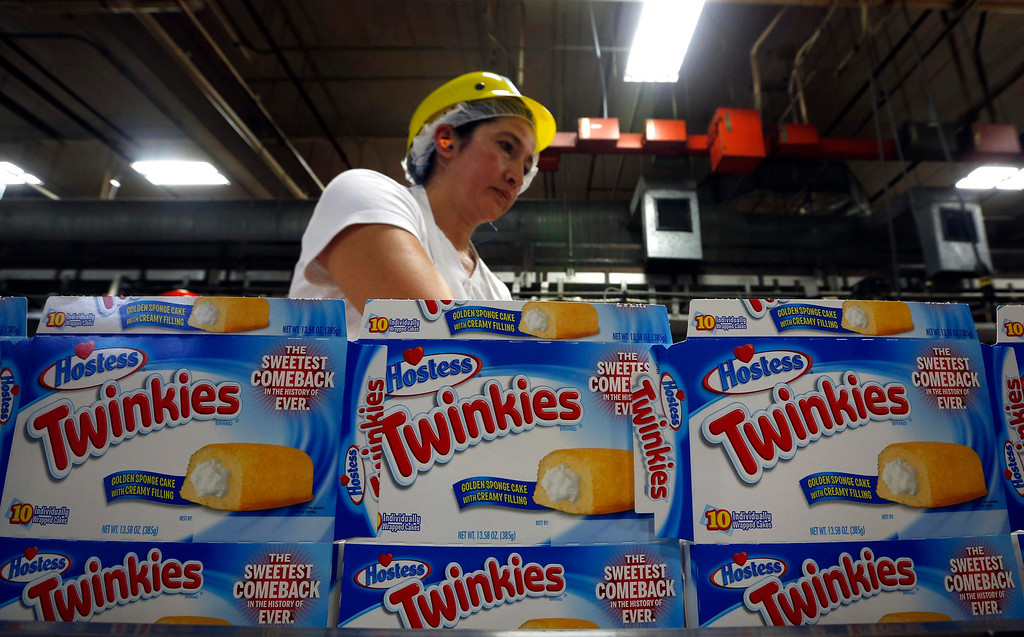 """. A worker boxes up \""""Twinkies\"""" at a plant in Schiller Park, Illinois, July 15, 2013. The Twinkie returned to production after the Hostess\'s snack cake brand was purchased earlier this year by buyout firms Apollo Global Management and Metropoulos & Co.  REUTERS/Jim Young"""