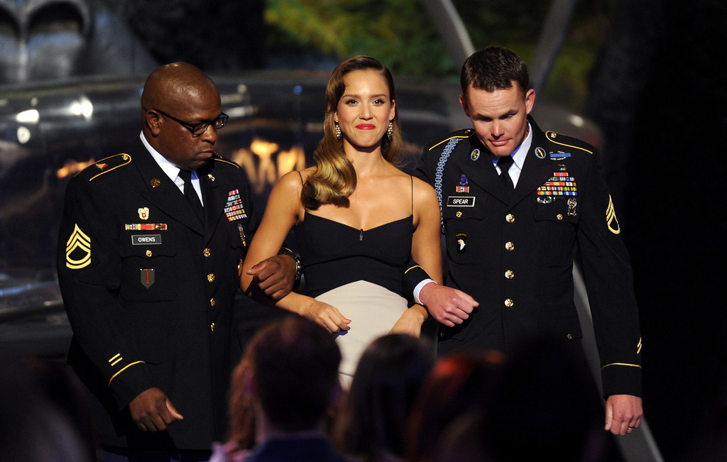 . Jessica Alba, center, and members of the U.S. armed forces present the troops choice award at Spike TV\'s Guys Choice Awards at Sony Pictures Studios on Saturday, June 8, 2013, in Culver City, Calif. (Photo by Frank Micelotta/Invision/AP)