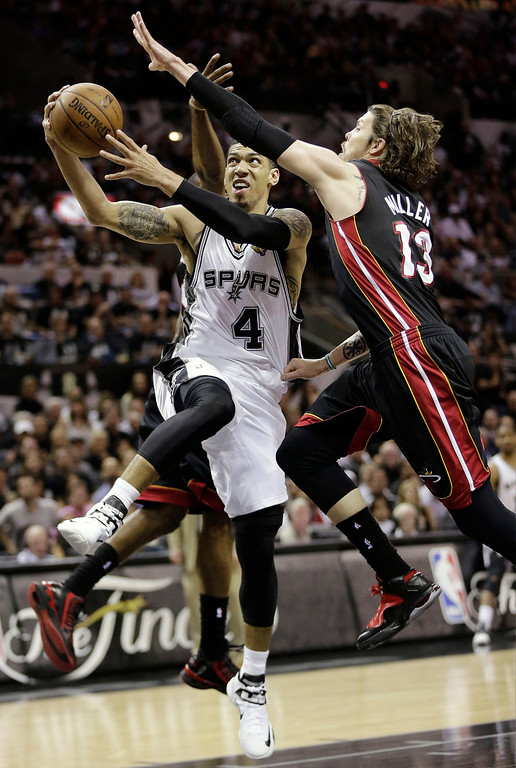 . San Antonio Spurs\' Danny Green (4) shoots between Miami Heat\'s Mario Chalmers, rear, and Mike Miller (13) during the first half at Game 5 of the NBA Finals basketball series, Sunday, June 16, 2013, in San Antonio. (AP Photo/Eric Gay)