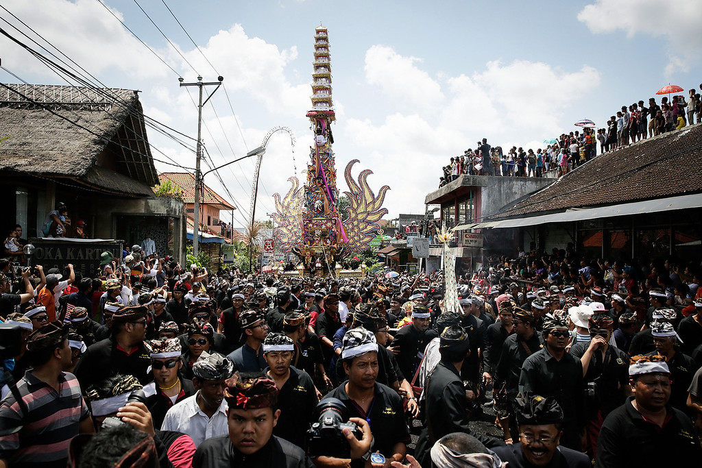 """. Ubud local carry the \""""Bade\"""" (body carrying tower) to the cemetery during the Royal cremation ceremony on November 1, 2013 in Ubud, Bali, Indonesia. (Photo by Agung Parameswara/Getty Images)"""