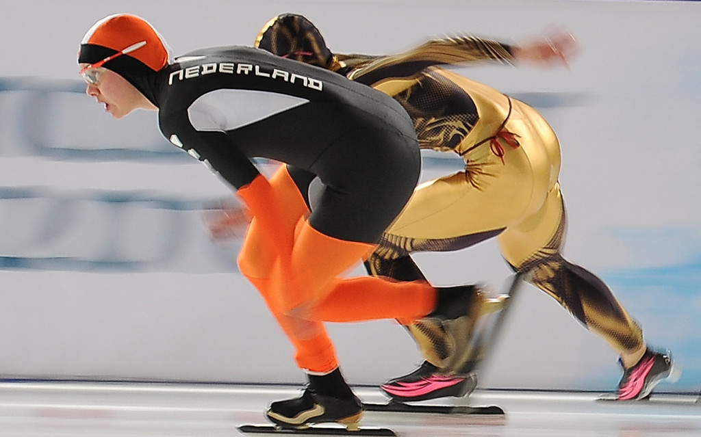 . Laurine van Riessen (L) of the Netherlands passes Japan\'s Tomomi Okazaki in the women\'s speedskating 500m second race at the Richmond Olympic oval in Richmond, outside Vancouver, during the 2010 Winter Olympics on February 16, 2010.       AFP PHOTO/Robyn BECK