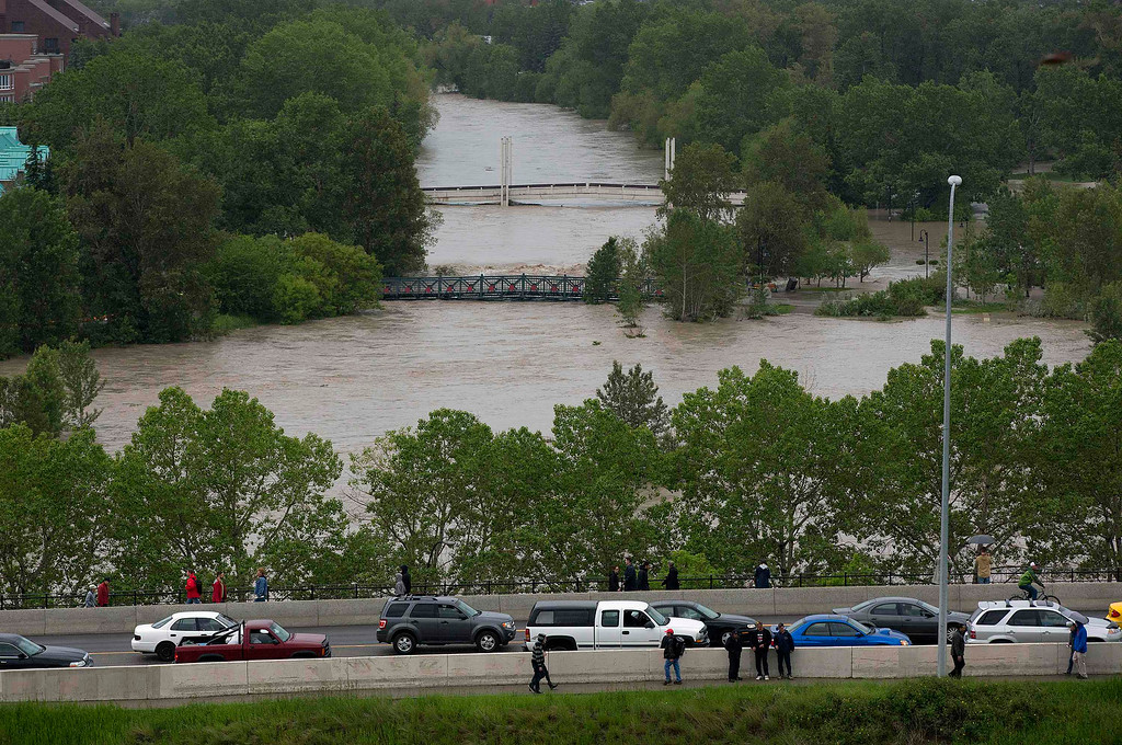 . Cars leave the flooding downtown core as residents were evacuated in Calgary, Alberta June 21, 2013.REUTERS/Todd Korol