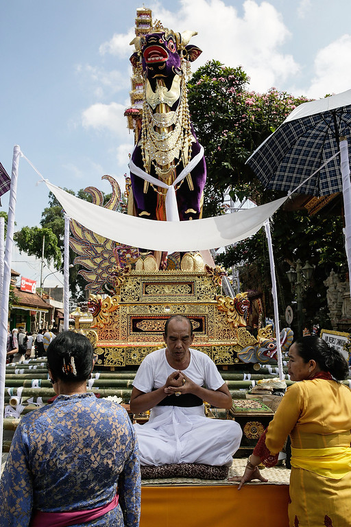 . A priest prays during the Royal cremation ceremony on November 1, 2013 in Ubud, Bali, Indonesia. (Photo by Agung Parameswara/Getty Images)