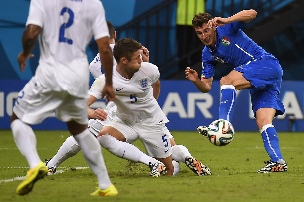 . Italy\'s defender Matteo Darmian (R) and England\'s defender Gary Cahill (C) vie for the ball during a Group D football match between England and Italy at the Amazonia Arena in Manaus during the 2014 FIFA World Cup on June 14, 2014.  AFP PHOTO / FABRICE COFFRIN