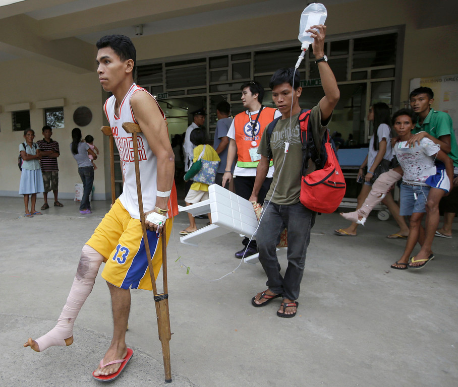 . Earthquake victims prepare to pitch their beds at the parking lot of a government hospital following a 7.2-magnitude earthquake that hit Cebu city in central Philippines Tuesday, Oct. 15, 2013.  (AP Photo/Bullit Marquez)