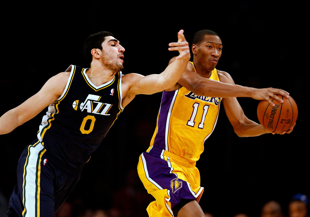 . epa04007679 Los Angeles Lakers Wesley Johnson (R)   keeps the ball away from Utah Jazz Enes Kanter of Turkey (L) in the first half action of their NBA game at Staples Center in Los Angeles, California USA, 03 January 2014.  EPA/PAUL BUCK CORBIS OUT