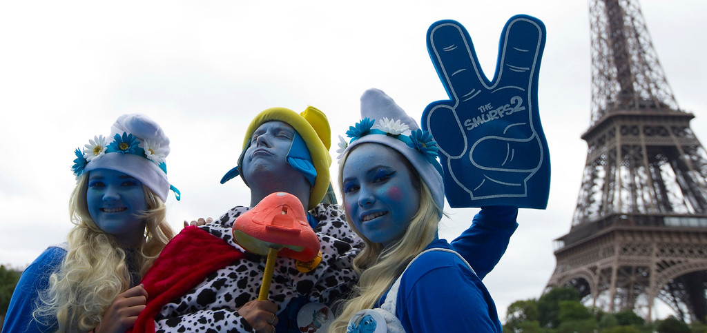 """. Smurf fans pose near the Eiffel Tower during a celebration for the 85th birthday of Peyo, the creator of the Smurfs, on \""""Global Smurfs Day\"""" in Paris, June 22, 2013. The event was held ahead of the movie premiere of \""""The Smurfs 2\"""" on July 31. REUTERS/Gonzalo Fuentes"""
