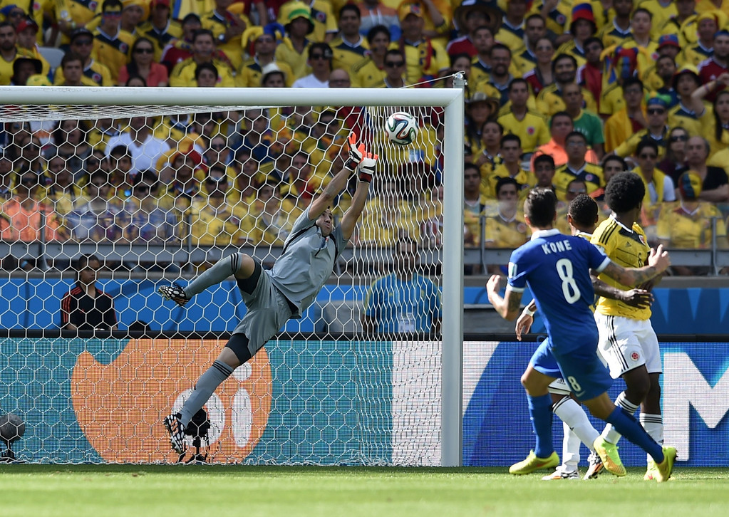 . Colombia\'s goalkeeper David Ospina (L) makes a save off a kick from Greece\'s midfielder Panagiotis Kone (2nd L) during a group C football match between Colombia and Greece at the Mineirao Arena in Belo Horizonte during the 2014 FIFA World Cup on June 14, 2014.   AFP PHOTO / ARIS MESSINIS
