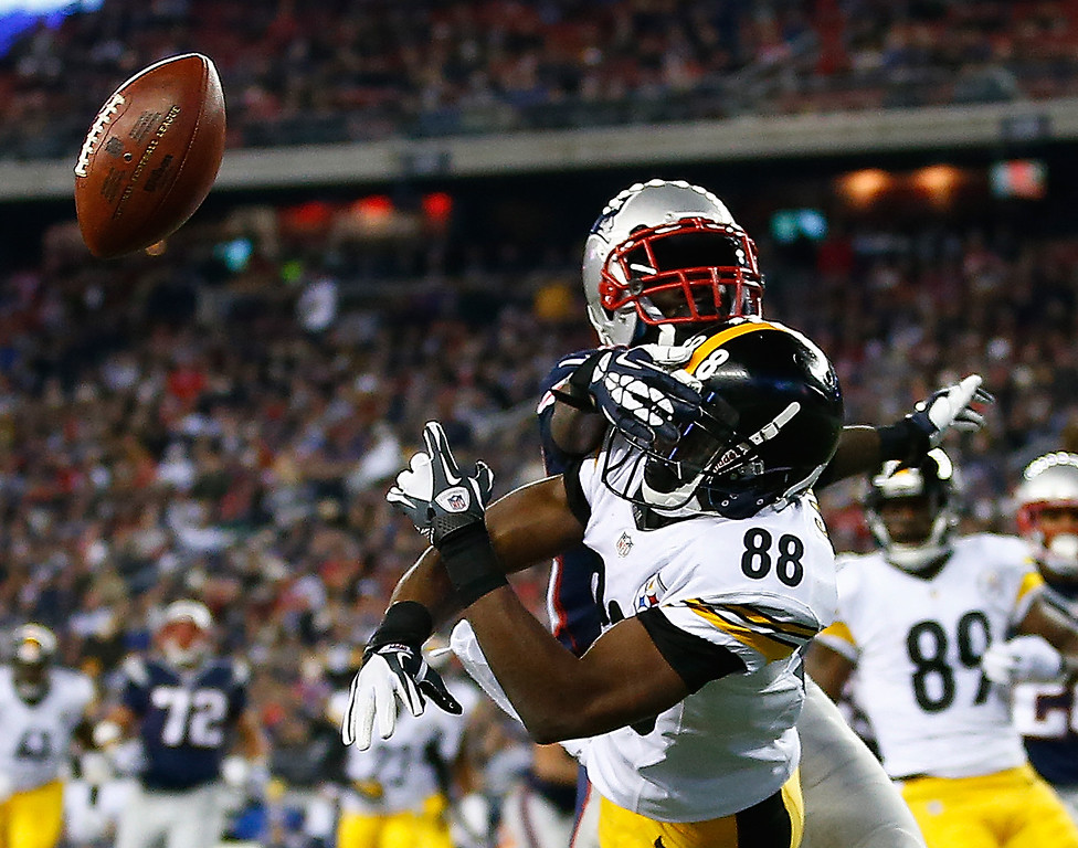 . Emmanuel Sanders #88 of the Pittsburgh Steelers misses an attempted pass in the endzone in front of Kyle Arrington #25 of the New England Patriots in the second quarter at Gillette Stadium on November 3, 2013 in Foxboro, Massachusetts.  (Photo by Jared Wickerham/Getty Images)