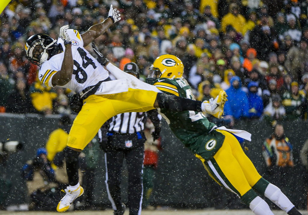 . Pittsburgh Steelers offensive player Antonio Brown (L) fails to catch a touchdown pass while Green Bay Packers defensive player Sean Richardson (R) defends in the first half of their NFL game at Lambeau Field in Green Bay, Wisconsin, USA, 22 December 2013.  EPA/TANNEN MAURY