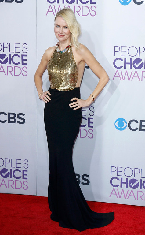 ". Australian actress Naomi Watts, of the film ""The Impossible,\"" poses as she arrives at the 2013 People\'s Choice Awards in Los Angeles, January 9, 2013.   REUTERS/Danny Moloshok"