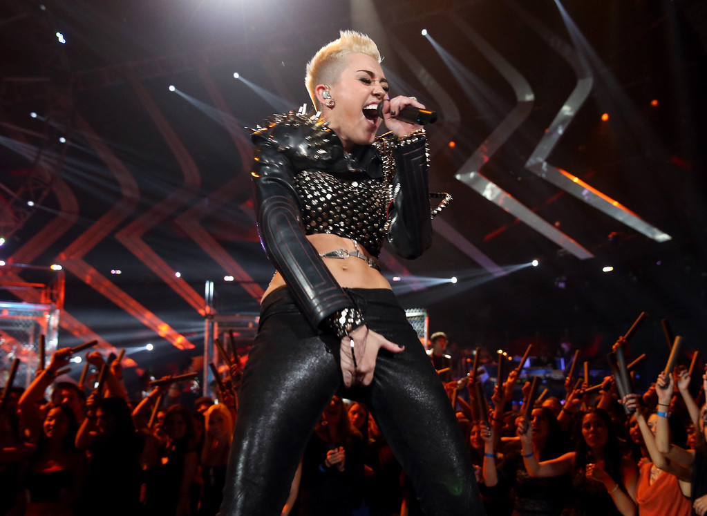 """. LOS ANGELES, CA - DECEMBER 16:  Singer Miley Cyrus performs onstage during \""""VH1 Divas\"""" 2012 at The Shrine Auditorium on December 16, 2012 in Los Angeles, California.  (Photo by Christopher Polk/Getty Images)"""