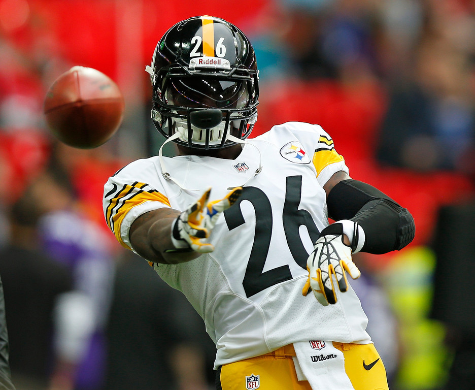 . Pittsburgh Steelers running back Le\'Veon Bell (26) passes a ball ahead of the NFL football game against Minnesota Vikings\' at Wembley Stadium, London, Sunday, Sept. 29, 2013.  (AP Photo/Sang Tan)
