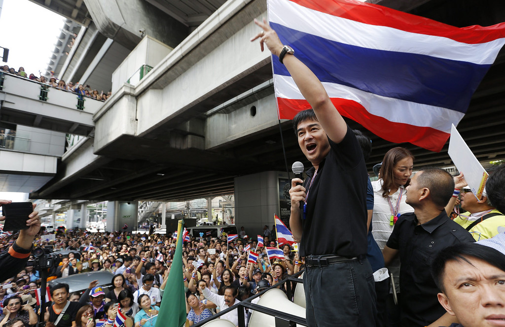 . Thai Democrat Party leader Abhisit Vejjajiva speaks to anti-government protesters at the start of a march to the US embassy in Bangkok, Thailand, 29 November 2013.  EPA/BARBARA WALTON