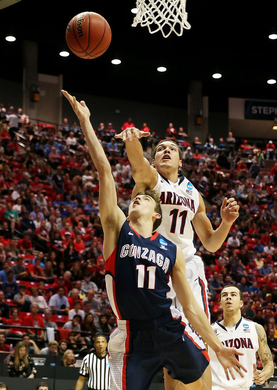 . David Stockton #11 of the Gonzaga Bulldogs goes up against Aaron Gordon #11 of the Arizona Wildcats during the third round of the 2014 NCAA Men\'s Basketball Tournament at Viejas Arena on March 23, 2014 in San Diego, California.  (Photo by Jeff Gross/Getty Images)