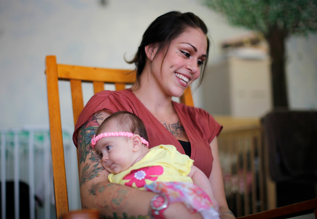 . Vanessa Moreno, 24, holds her two-month-old baby Makayla at Prototypes residential treatment program in Pomona, California, March 26, 2013. Prototypes is part of the Second Chance Women\'s Re-entry Court program, one of the first in the U.S. to focus on women. It offers a cost-saving alternative to prison for women who plead guilty to non-violent crimes and volunteer for treatment. Of the 297 women who have been through the court since 2007, 100 have graduated, and only 35 have been returned to state prison. Picture taken March 26, 2013. REUTERS/Lucy Nicholson
