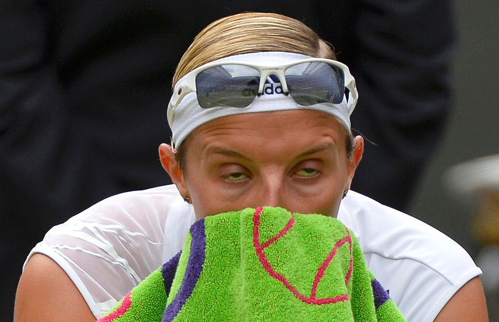 . Kirsten Flipkens of Belgium wipes her face with her towel during a break in her women\'s semi-final tennis match against Marion Bartoli of France at the Wimbledon Tennis Championships, in London July 4, 2013.          REUTERS/Toby Melville