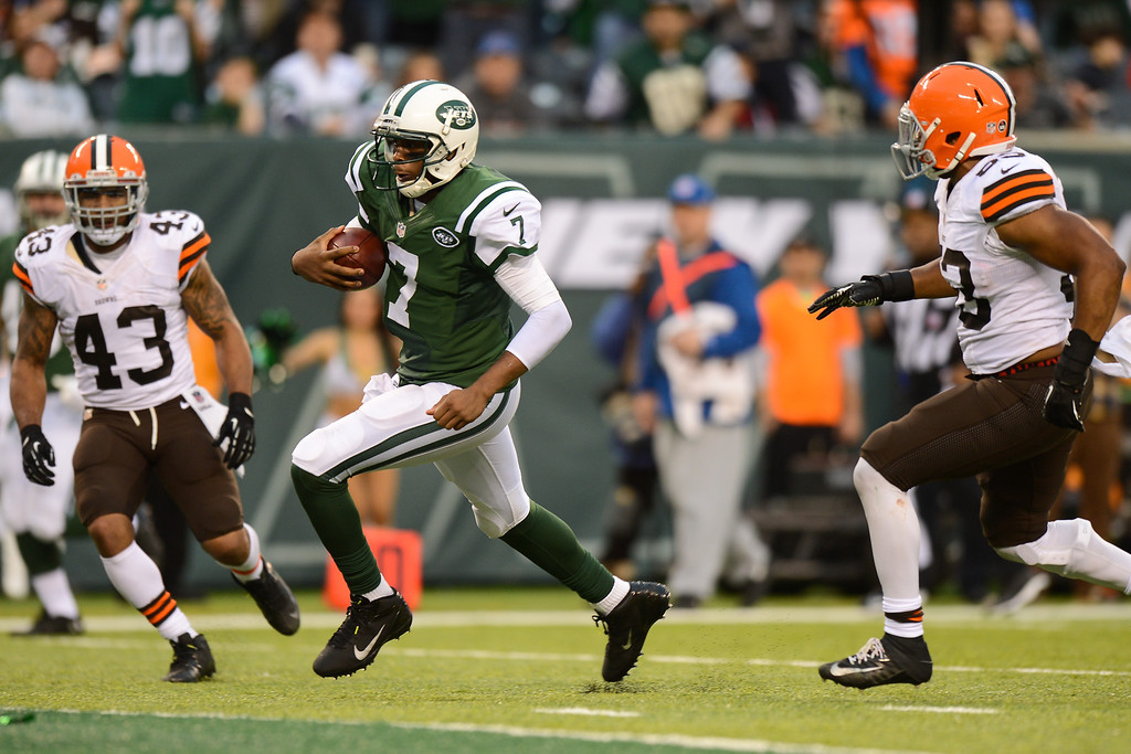 . EAST RUTHERFORD, NJ - DECEMBER 22:  Quarterback Geno Smith #7 of the New York Jets runs for a touchdown in the second half against the Cleveland Browns at MetLife Stadium on December 22, 2013 in East Rutherford, New Jersey. (Photo by Ron Antonelli/Getty Images)