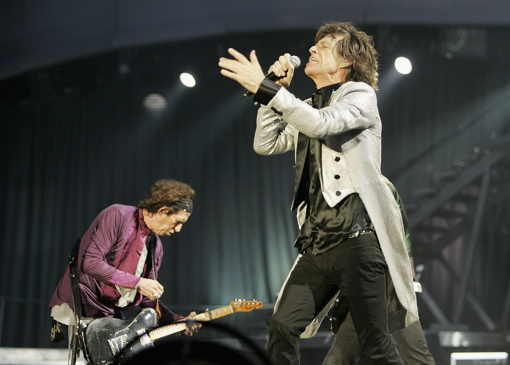 . The Rolling Stones members Keith Richards (L) and Mick Jagger perform on stage at San Siro Stadium on July 11, 2006 in Milan, Italy.  The concert marks the start of the rock and roll band\'s European leg of their \'A Bigger Bang\' World Tour.  (Photo by Getty Images)