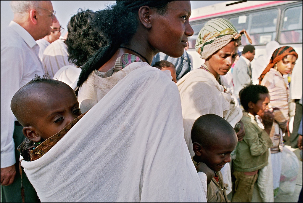 ". TEL-AVIV, ISRAEL:  Jewish Ethiopian mothers known as ""Falashas\"" disembark with their children from a plane from Addis Ababa 25 May 1991. \""Falashas\"" were evacuated from Ethiopia as part of \""Operation Solomon\"", the world\'s largest airlift carried out out by Israeli army. The large numbers of emigrants from Ethiopia and, primarily, from the Soviet Union, increased Israel\'s population by nearly 10 % in 3 years (between 1989-92). SVEN NACKSTRAND/AFP/Getty Images"