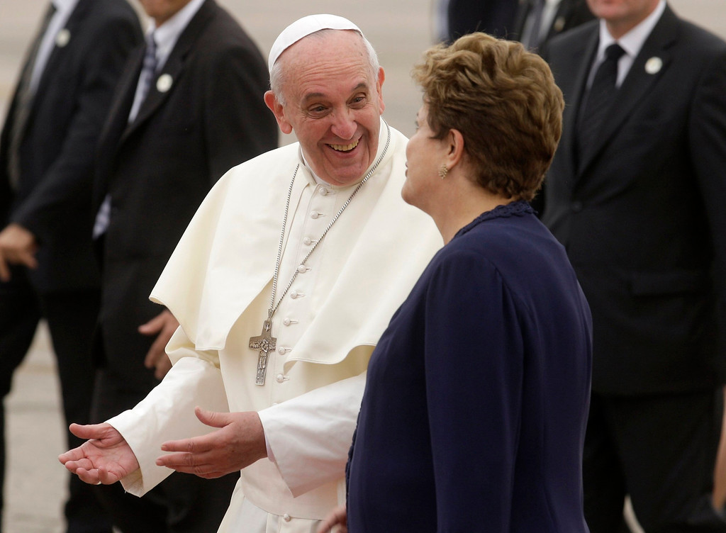 . Pope Francis walks with Brazil\'s President Dilma Rousseff upon arrival at Antonio Carlos Jobim International Airport in Rio de Janeiro, July 22, 2013.    REUTERS/Pilar Olivares