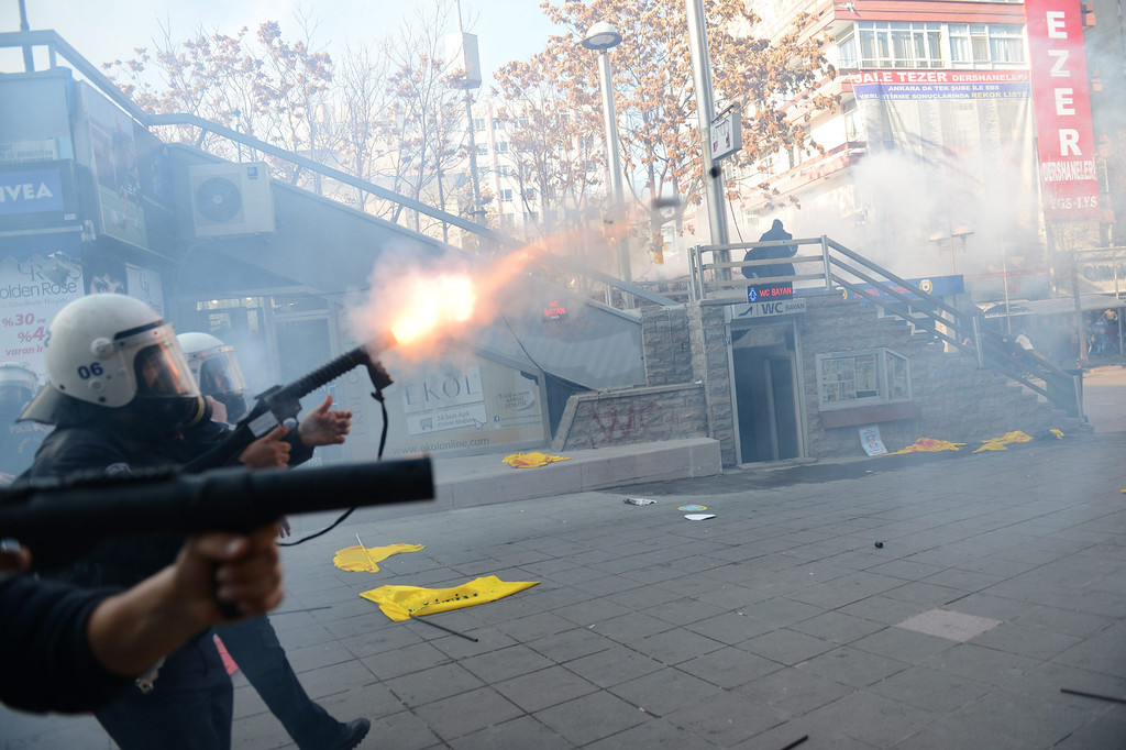 . Turkish riot police use tear gas to disperse protesting teachers during an anti government rally in Ankara, Turkey 23 November 2013.  EPA/MURAT KULA ANADOLU AGENCY