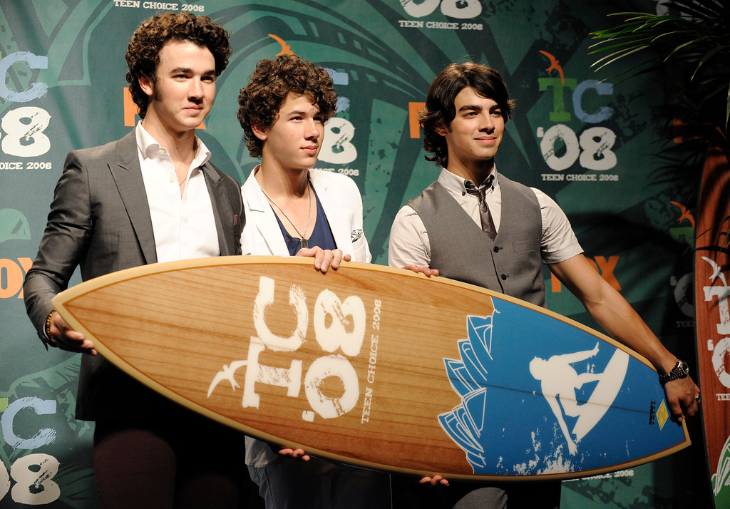 . Brothers Kevin, left, Nick, center, and Joe Jonas of the Jonas Brothers pose  backstage at the 2008 Teen Choice Awards at Universal Studios in Los Angeles, Aug. 3, 2008. (AP Photo/Chris Pizzello)