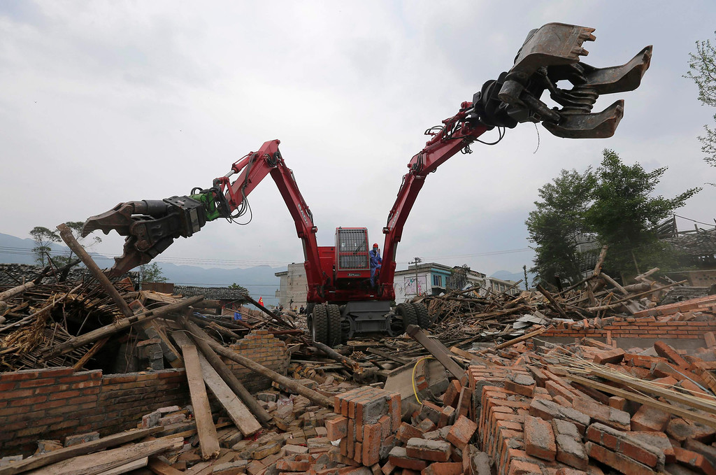 . A rescue robot works on destroyed houses after last Saturday\'s earthquake in Lushan county, Ya\'an, Sichuan province April 25, 2013. China has poured resources into Sichuan since the magnitude 6.6 quake hit early on Saturday, including 1 billion yuan ($161.9 million) for disaster relief and compensation. But mountainous terrain and poor infrastructure have made reaching victims difficult. The earthquake has left 196 dead, 21 missing and 11,470 injured, according to Xinhua News Agency. Picture taken April 25, 2013. REUTERS/Stringer